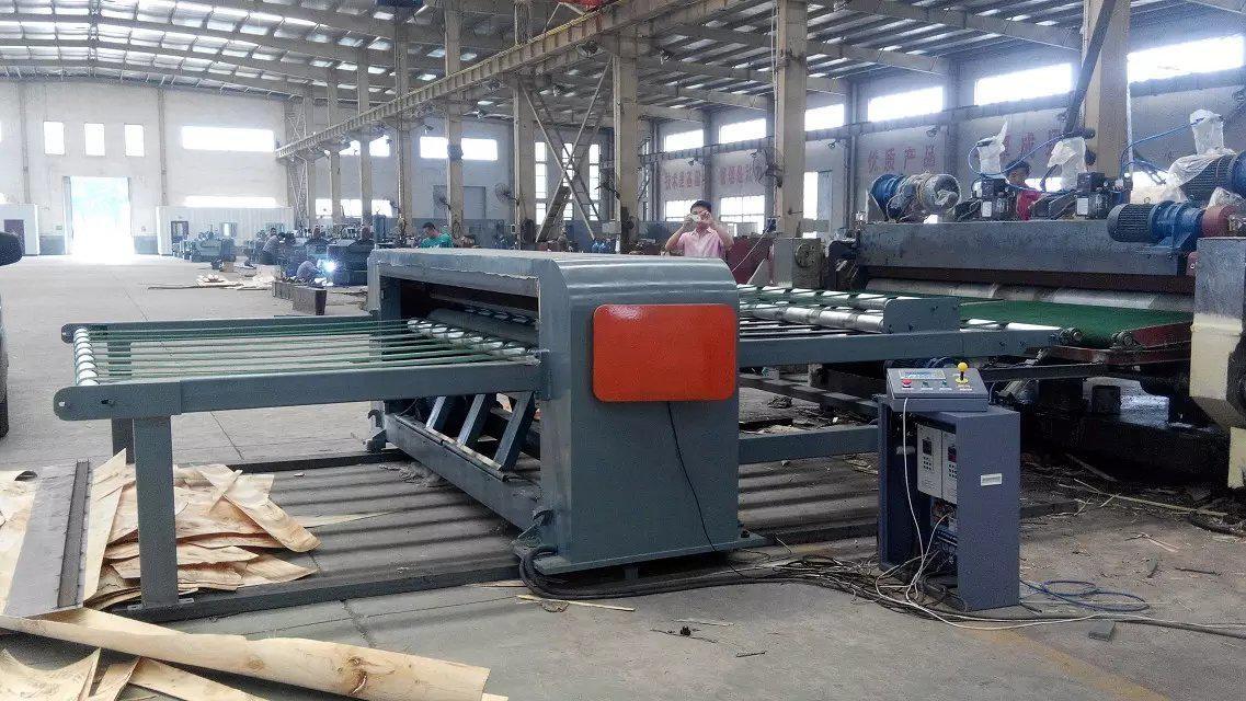 Rotative wood veneer guillotine